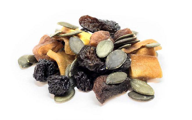 Müsli aus Mix von Nusskernmischung und Trockenfrüchten