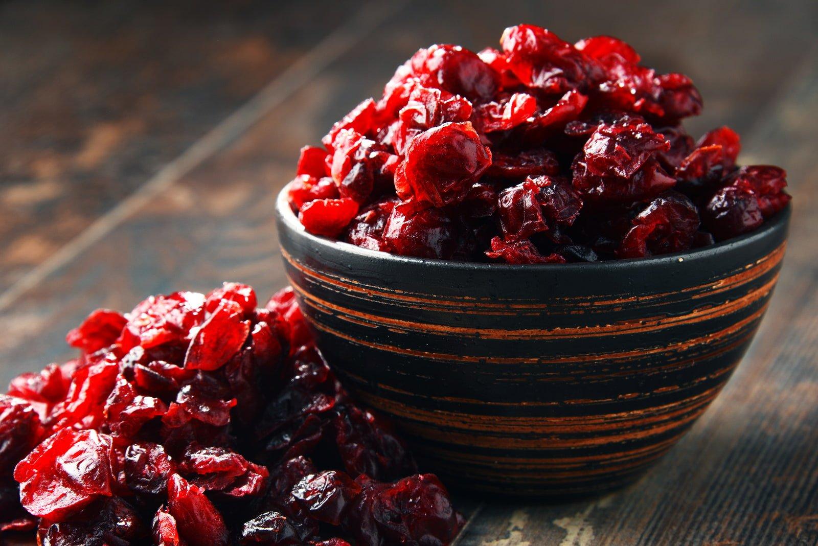 Trockenfrüchte Cranberries in Holzschale von nussundgenuss
