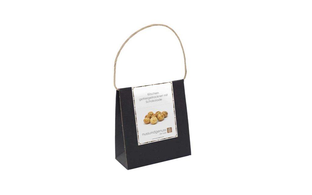 verpackte gefriergetrocknete Kirschen mit umhüllt von Schokolade